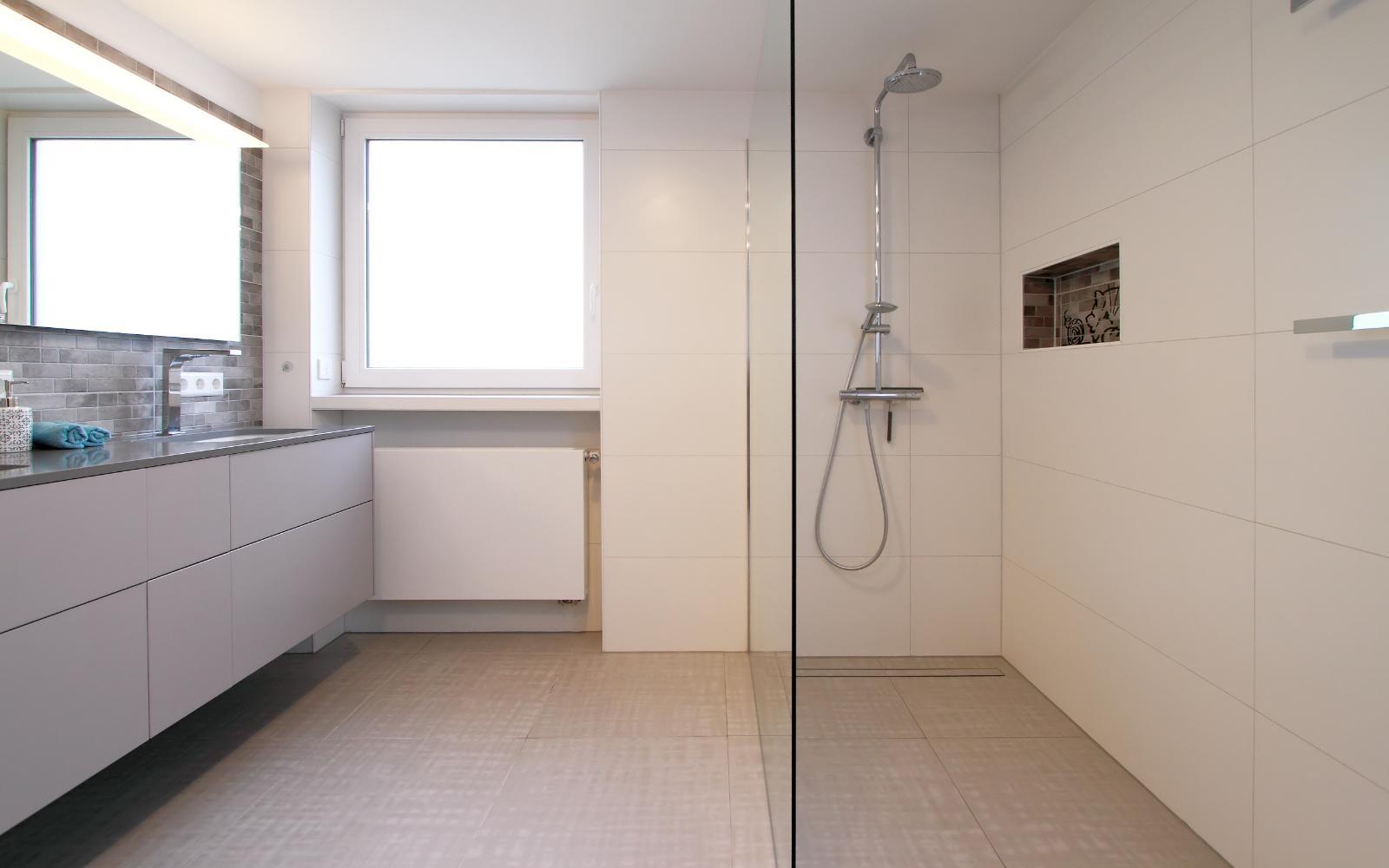 Bad Mit Großem Waschtisch Und Bodenebener Dusche